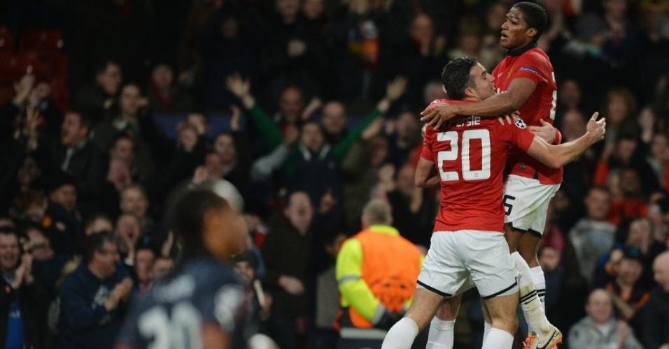 19.mar.2014 - Van Persie comemora após marcar o segundo para o Manchester United e empatar o duelo contra o Olympiakos no placar agregado das oitavas de final da Liga dos Campeões. O primeiro jogo terminou em 2 a 0 para o time grego.