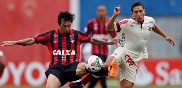 João Paulo (esq) defendia o Atlético-PR desde a temporada ...