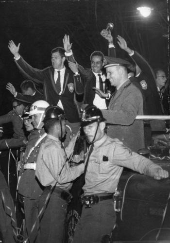 Bellini e Gylmar no carro de bombeiros, comemorando o título da Copa do Mundo de 1962