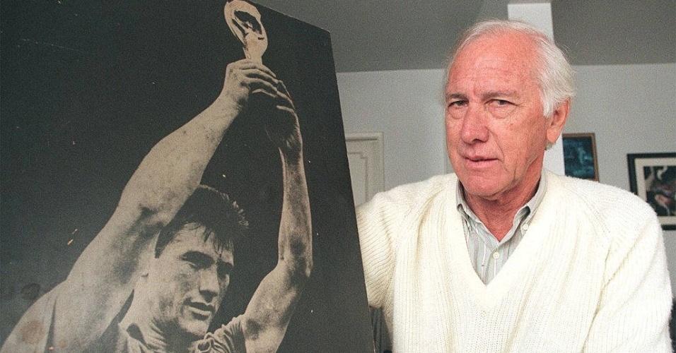 Capitão do primeiro título mundial do Brasil, na Copa de 1958, Bellini morreu de insuficiência respiratória e falência múltipla dos órgãos no dia 20 de março de 2014. Bellini imortalizou o gesto de levantar o troféu após conquista em campo.