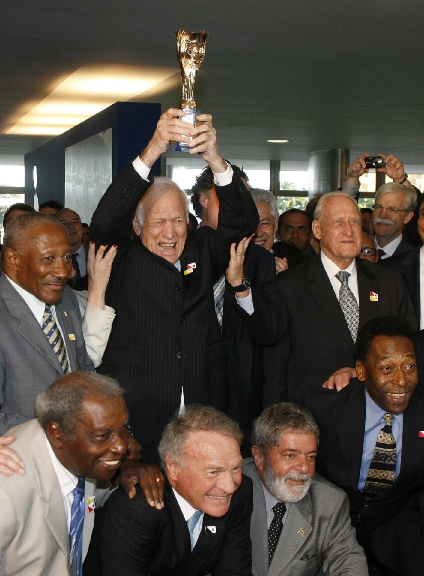 Bellini repete gesto da conquista da seleção na Copa de 1958. Evento em  2008 reuniu f948656eb16db