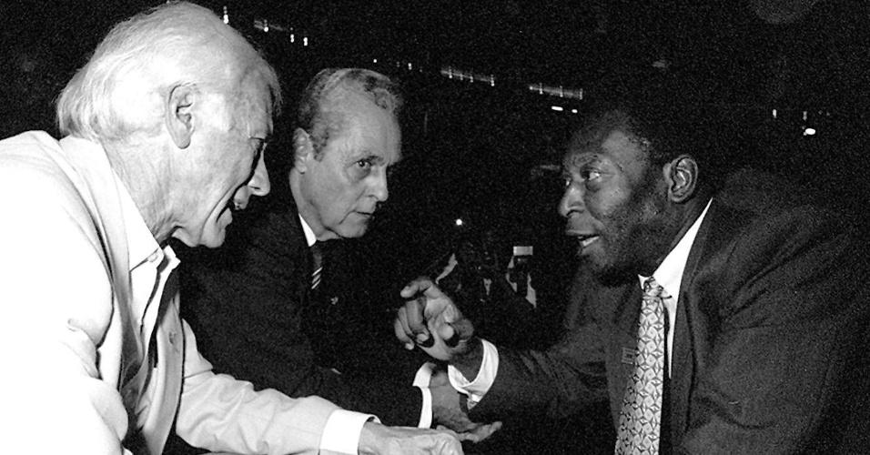 Campeões de mundiais de 1958, Bellini, Gylmar e Pelé conversam na tribuna de honra do Ginásio do Ibirapuera em 1995