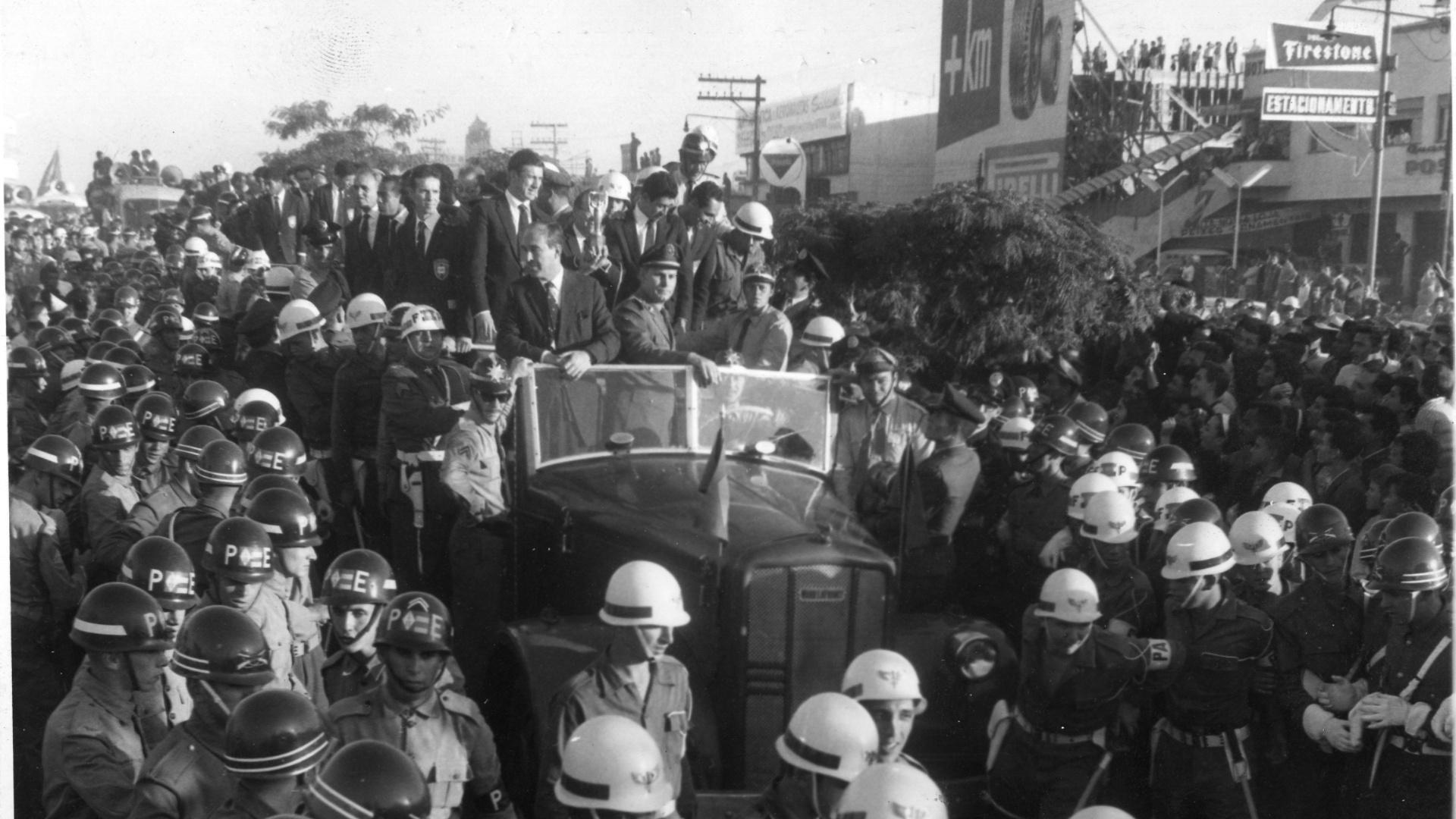 Chegada da seleção brasileira de futebol após a Copa do Mundo de 1962. Zagallo, Bellini e Mauro encabeçam jogadores no carro de bombeiro