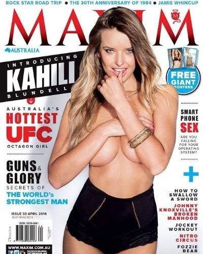 Kahili Blundell, ring girl do UFC na Austrália, posa escondendo os seios na capa da revista Maxim