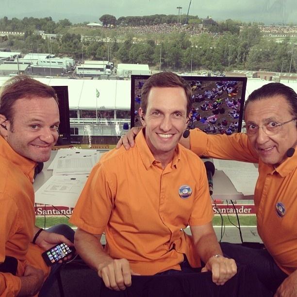 Luciano Burti posa com Barrichello e Galvão nos bastidores da transmissão da F1 na Globo