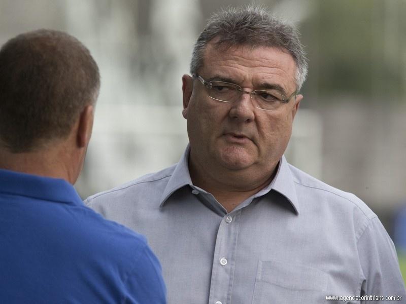 Mário Gobbi, presidente do Corinthians, conversa com Mano Menezes, técnico do clube, durante um treino no CT Joaquim Grava