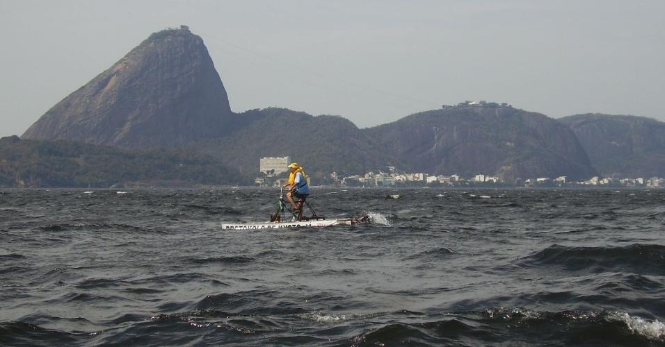 Zé do Pedal em seu pedalinho de garrafas pet na Baía de Guanabara