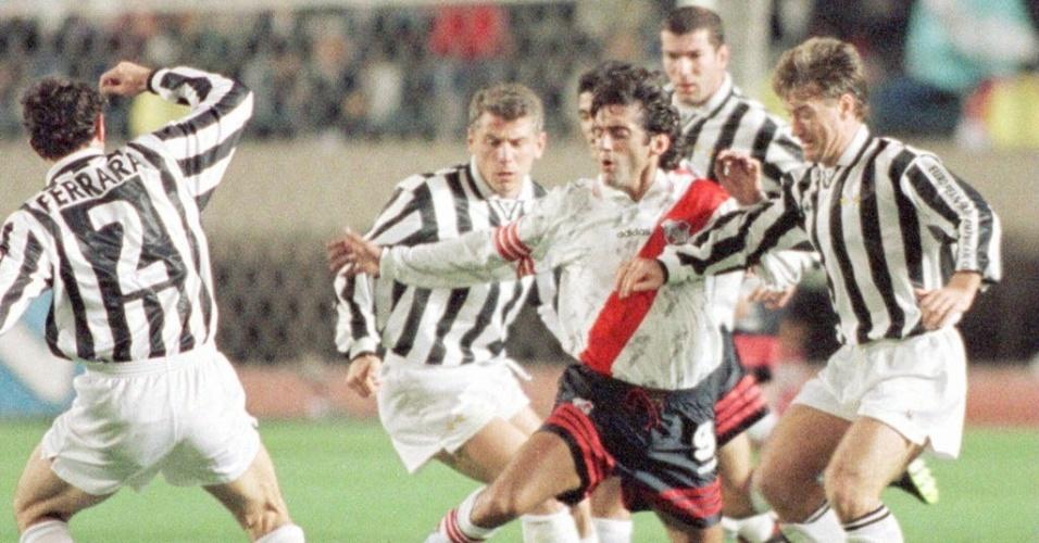 Zidane (ao fundo) observa ídolo Francescoli ser mercado em jogo que pediu camisa para seu filho