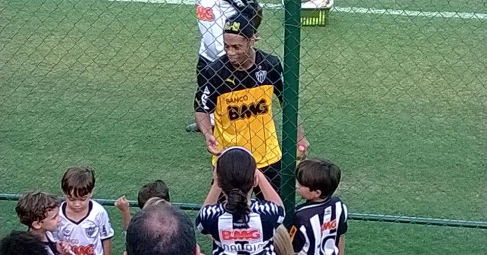 21 mar 2014 - Ronaldinho Gaúcho atende a pequenos torcedores do Atlético-MG, após o treino do time, nesta sexta-feira, na Cidade do Galo