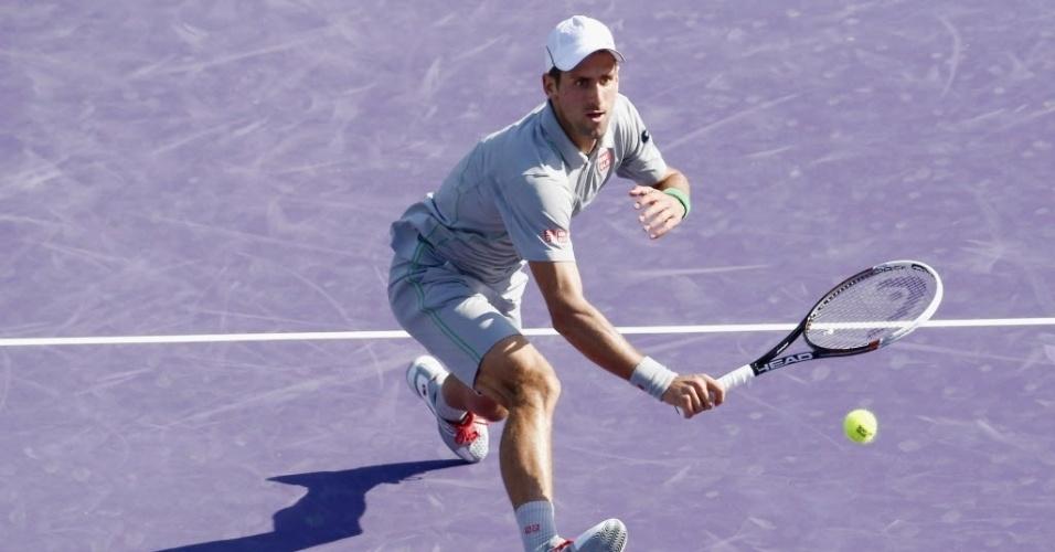 21.mar.2014 - Na rede, Novak Djokovic tenta salvar deixadinha dada por Jeremy Chardy em Miami