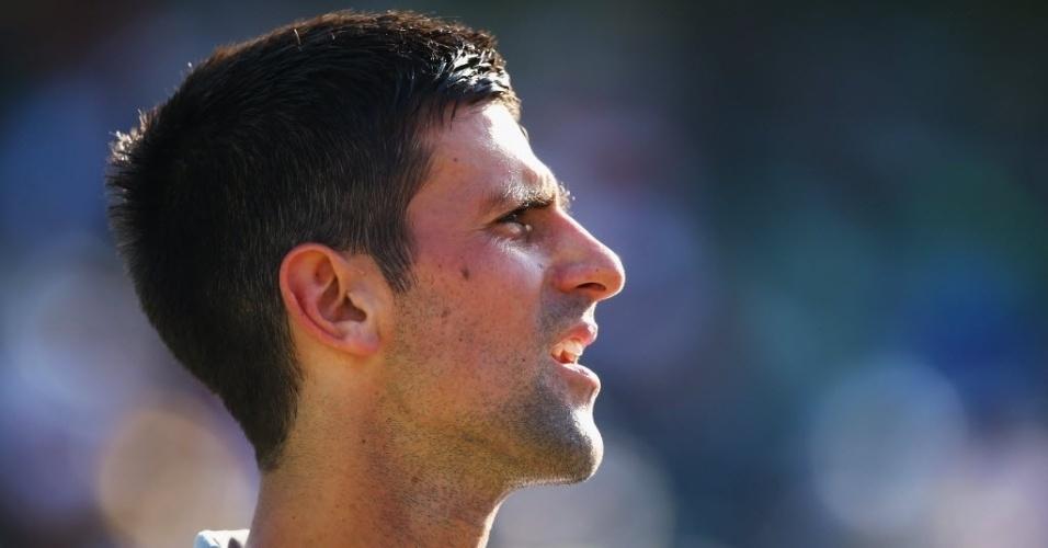 21.mar.2014 - Novak Djokovic tira o boné após vencer Jeremy Chardy sob forte calor em Miami
