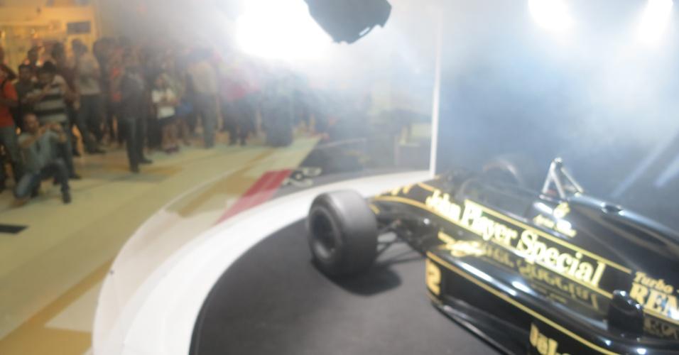 Lotus pilotada por Senna é apresentada ao público. A primeira vitória do brasileiro na Fórmula 1 ocorreu em 1985, no GP de Portugal