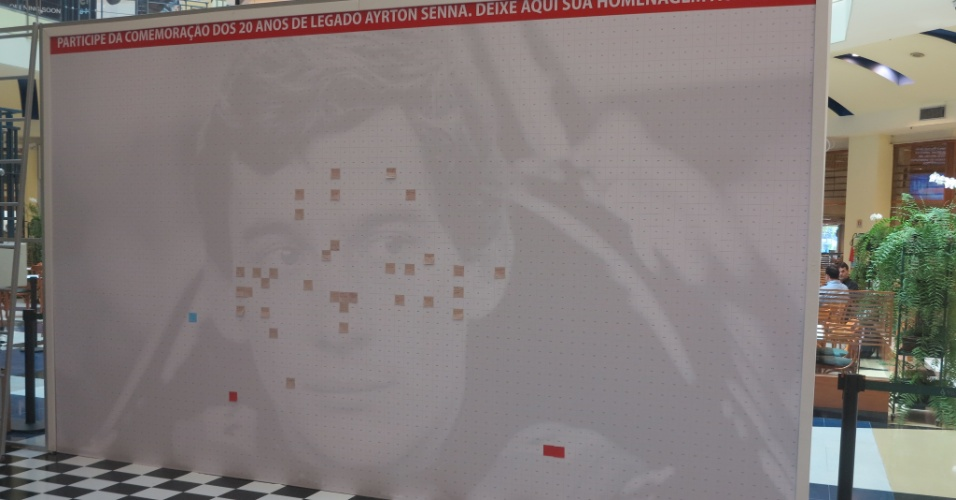Mural foi colocado em shopping paulistano. Cores diferentes dos papeis formarão uma figura colorida de Ayrton Senna