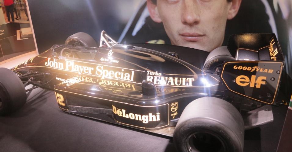 Família de Ayrton Senna emprestou a Lotus para a exposição em celebração ao aniversário do piloto, que completaria 54 anos em 21 de março de 2014. Senna morreu em 1º de maio de 1994
