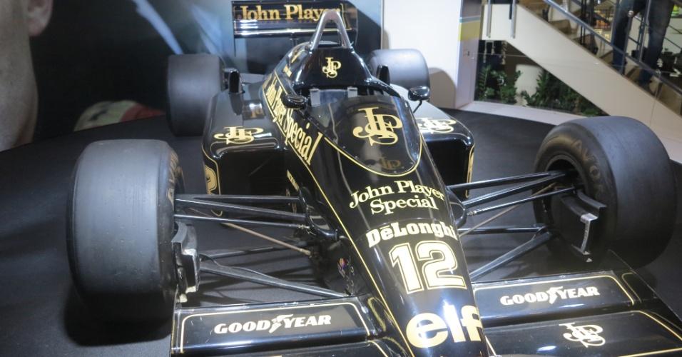 Lotus de Ayrton Senna está em exposição no Shopping Villa Lobos, em São Paulo. Foram 3 anos na Lotus. Foi pela equipe inglesa  que Ayrton conquistou sua primeira vitória na Fórmula 1, em 1985, em Portugal