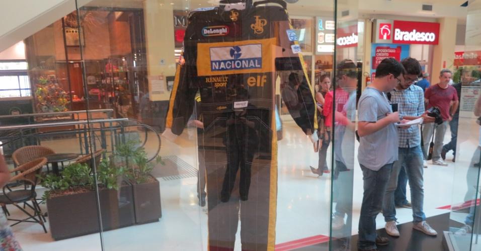 Macacão usado por Senna pela Lotus integra exposição em celebração ao aniversário do piloto, que completaria 54 anos em 21 de março de 2014. Lotus será exibida ao público até dia 21 de abril em São Paulo. Senna morreu em 1º de maio de 1994