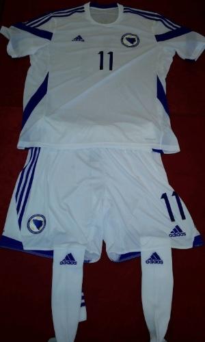 Bósnia-Herzegóvina apresenta novo uniforme da sua seleção para a Copa do Mundo após trocar o patrocínio da Legea pela Adidas