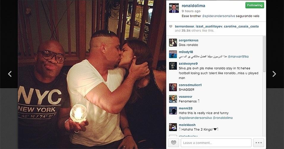 De passagem por São Paulo, o lutador Anderson Silva brincou nessa foto e segurou vela para seu amigo e empresário Ronaldo