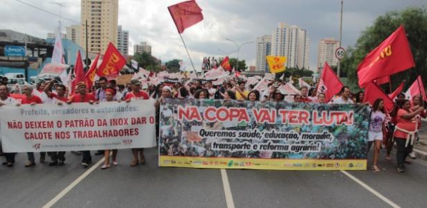 Sindicalistas fecham um trecho da avenida Radial Leste, em São Paulo, em protesto contra a Copa