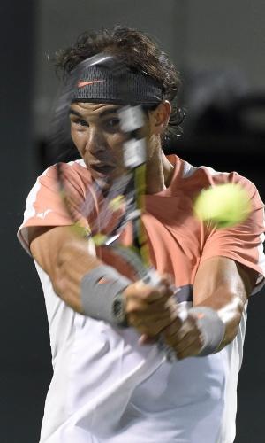 22.03.2014 - Rafael Nadal fica com o rosto na raquete ao rebater uma bola no Masters 1000 de Miami