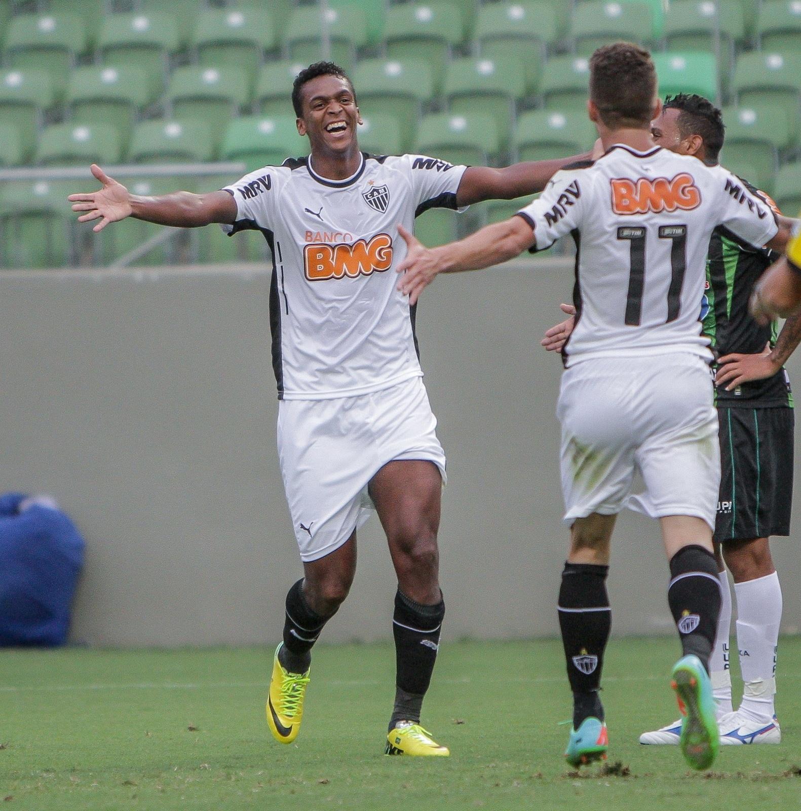 23 mar 2014 - Atacante Jô comemora com Neto Berola gol do Atlético-MG contra o América-MG
