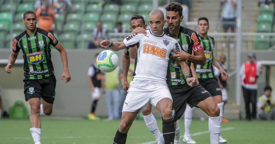 23 mar 2014 - Diego Tardelli é marcado por Leandro Guerreiro e outros jogadores do América-MG