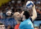 """Marcação """"pesada"""" no handebol termina com """"beijo"""" entre jogadores - EFE/EPA/GEORGI LICOVSKI"""