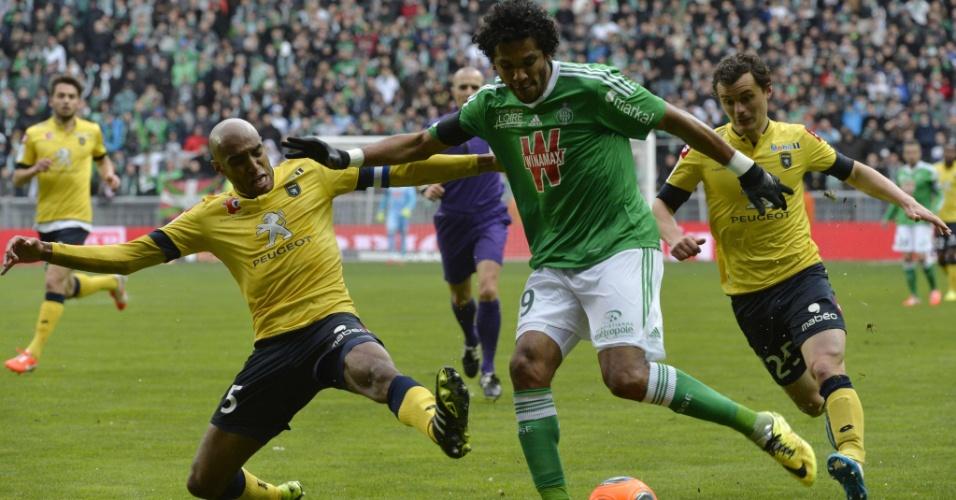 23.03.2014 - Brasileiros Carlão (amarelo) e Brandão (verde) disputam bola no jogo entre Sochaux e Saint-Etienne