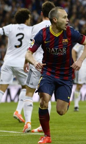 23.03.2014 - Iniesta sai para comemorar gol do Barcelona contra o Real Madrid