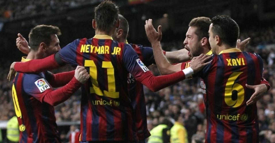 23.03.2014 - Neymar abraça jogadores do Barcelona na comemoração do gol de Iniesta