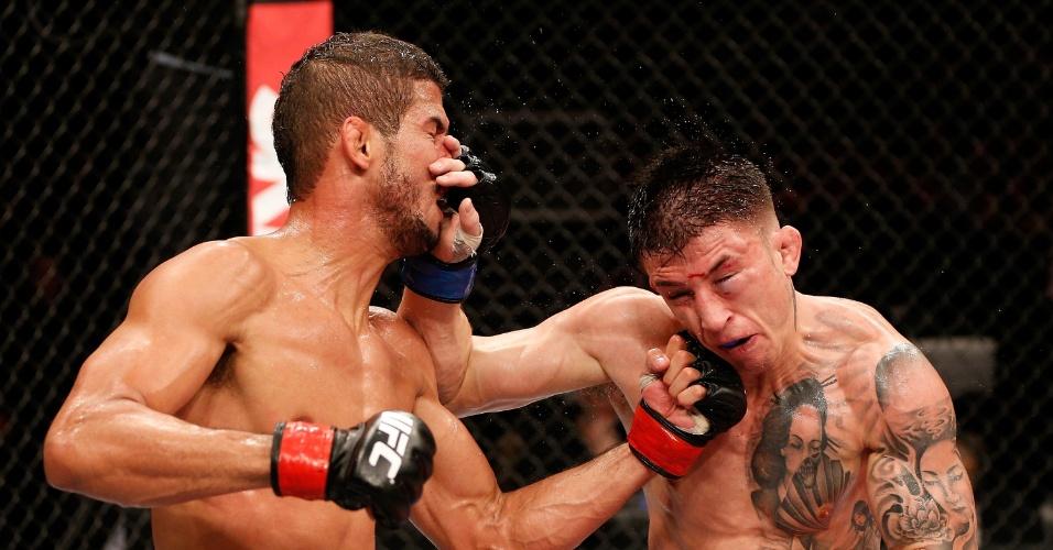 23.mar.2014 - Brasileiro Léo Santos (esq.) troca golpes com Norman Parke no UFC Natal. Após combate muito equilibrado, os jurados decidiram pelo empate
