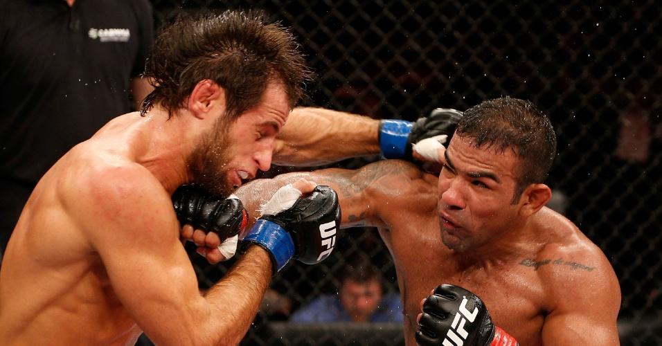 23.mar.2014 - Brasileiro Michel Trator (dir.) golpeia Mairbek Taisumov no UFC Natal. O brasileiro venceu o combate por decisão unânime