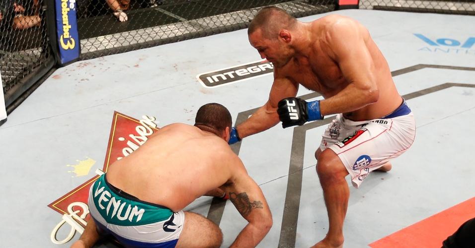 23.mar.2014 - Dan Henderson não começou bem a luta contra Maurício Shogun, mas no terceiro round conseguiu nocautear o brasileiro no UFC Natal
