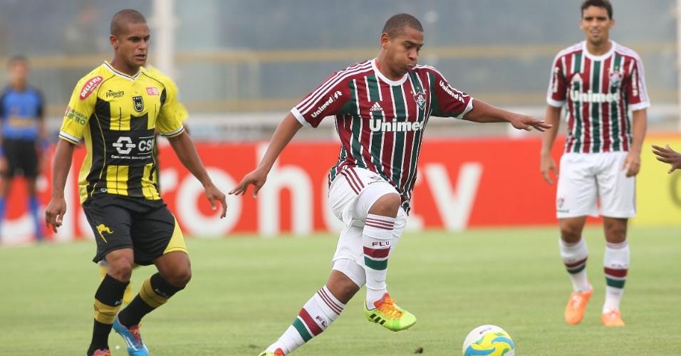 Atacante do Fluminense Walter conduz a bola no duelo contra o Volta Redonda