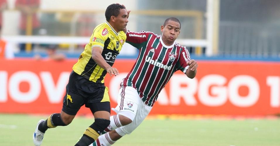 Atacante do Fluminense Walter (d) disputa a jogada no duelo contra o Volta Redonda