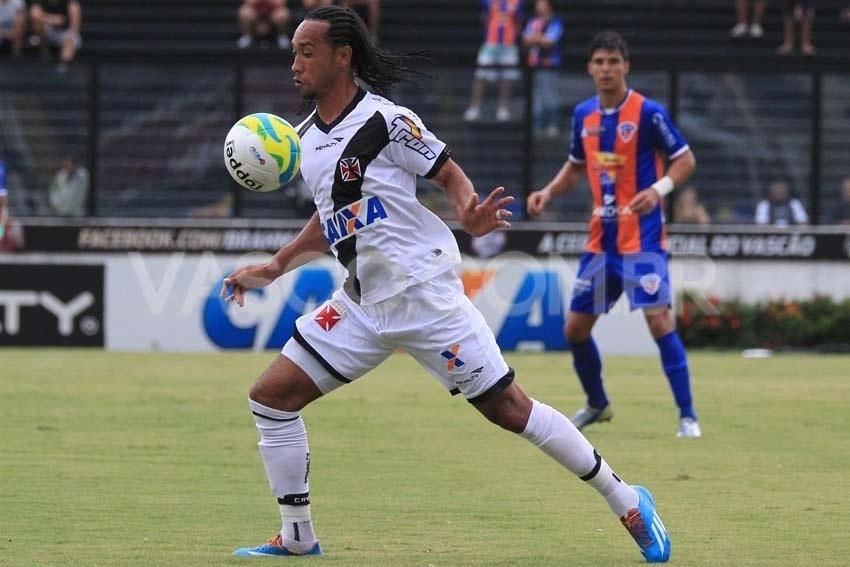 Everton Costa, um dos autores dos gols do Vasco, domina a bola