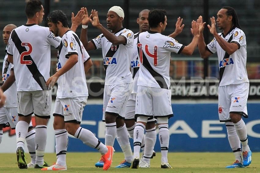 Jogadores do Vasco comemoram gol marcado contra o Duque de Caxias
