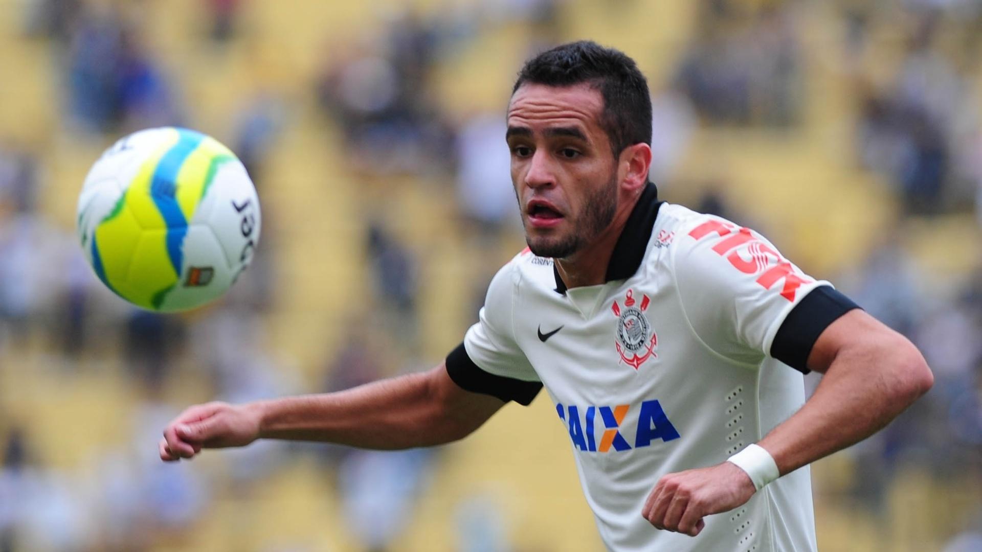 Meia corintiano Renato Augusto corre atrás da bola no duelo contra o Atlético Sorocaba no Pacaembu
