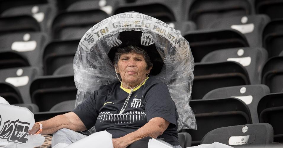 Torcedora do Santos aguarda início da partida na Vila Belmiro