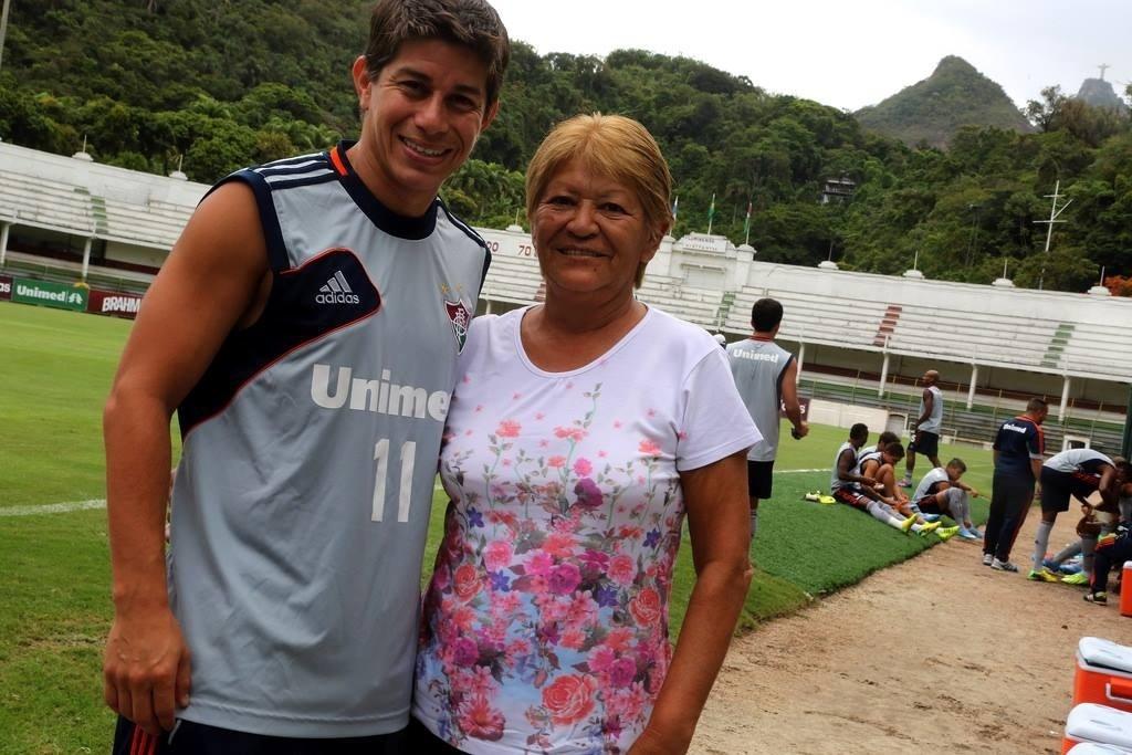 24.mar.2014 - Conca posa com a mãe durante intervalo de treino no Fluminense