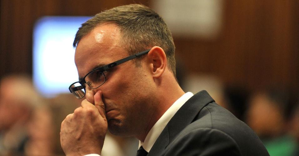 24.mar.2014 - Oscar Pistorius chora durante o julgamento pela morte da modelo Reeva Steenkamp