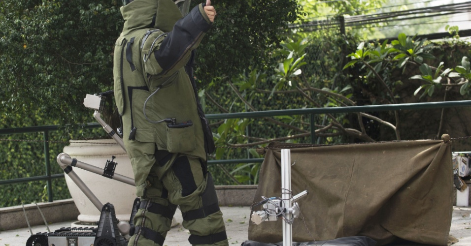 25.mar.2014 - Além da PM, quem também entrou em ação no treinamento foi o esquadrão antibombas