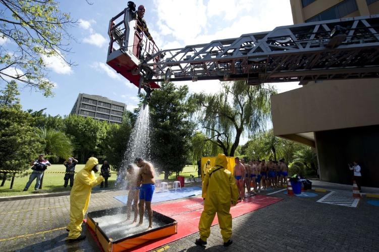 """25.mar.2014 - Durante a simulação do ataque terrorista com armas químicas, as """"vítimas"""" precisaram passar por um processo de descontaminação"""