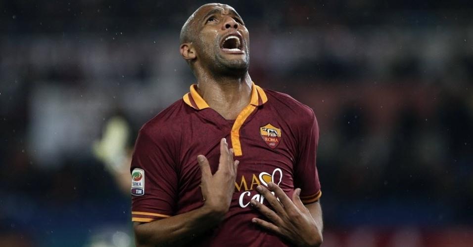 25.mar.2014 - Maicon lamenta falha na partida entre Roma e Torino pelo Campeonato Italiano