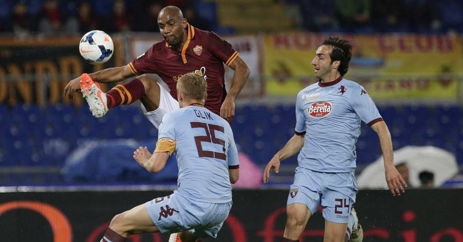 25.mar.2014 - Maicon tenta dominar a bola durante jogo entre Roma e Torino pelo Campeonato Italiano