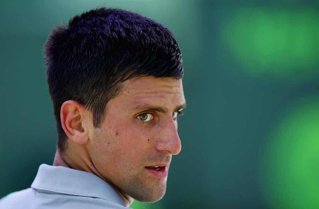 25.mar.2014 - Novak Djokovic olha para a arquibancada durante intervalo de seu triunfo sobre Tommy Robredo nas oitavas em Miami