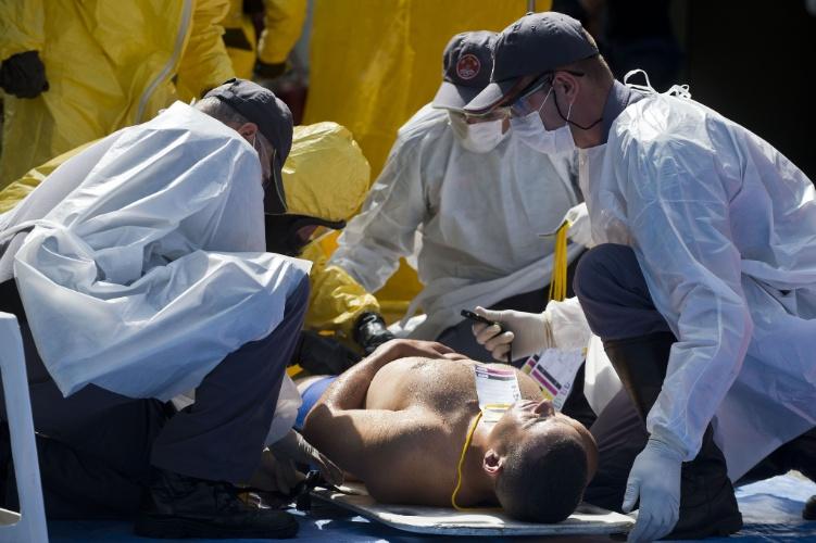 25.mar.2014 - Paramédicos auxiliaram no resgate às vítimas durante a simulação