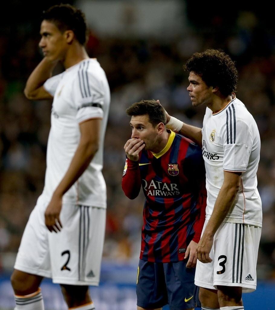25.mar.2014 - Pepe (dir.) e Messi trocam 'elogios' durante a vitória do Barça sobre o Real Madrid por 4 a 3