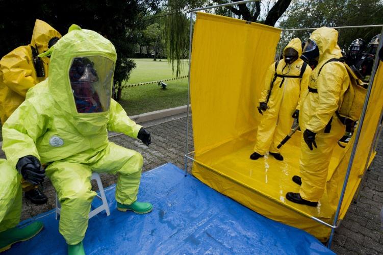 25.mar.2014 - Uma das situações treinadas pelos policiais foi um ataque terrorista com armas químicas, o que exige um uniforme especial para a situação