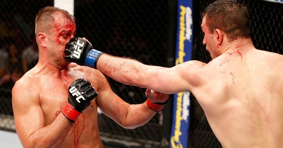 Fabio Maldonado é acertado por Gian Villante enquanto sangra muito no combate entre eles no UFC Natal